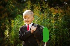Χαριτωμένο αγόρι που πηγαίνει πίσω στο σχολείο Αγόρι στο κοστούμι Πορτρέτο κινηματογραφήσεων σε πρώτο πλάνο του χαμογελώντας μαθη Στοκ Φωτογραφίες