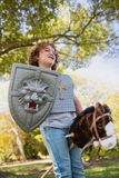 Χαριτωμένο αγόρι που προσποιείται να είναι ιππότης Στοκ Εικόνα