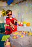 Χαριτωμένο αγόρι που προσποιείται να είναι πυροσβέστης κατά τη διάρκεια της γιορτής γενεθλίων Στοκ Εικόνες