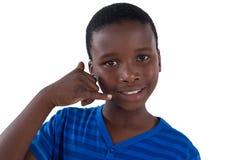 Χαριτωμένο αγόρι που προσποιείται να μιλήσει σε ένα τηλέφωνο κυττάρων Στοκ εικόνες με δικαίωμα ελεύθερης χρήσης