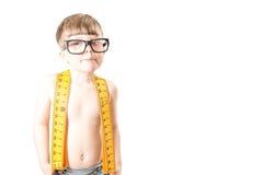 Χαριτωμένο αγόρι που χαμογελά με τα μεγάλα, ανόητα γυαλιά Στοκ Φωτογραφίες