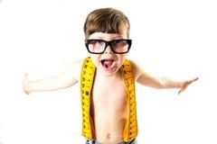Χαριτωμένο αγόρι που χαμογελά με τα μεγάλα, ανόητα γυαλιά Στοκ Εικόνα