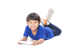 Χαριτωμένο αγόρι που χρησιμοποιεί την ταμπλέτα Στοκ φωτογραφία με δικαίωμα ελεύθερης χρήσης