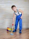 Χαριτωμένο αγόρι που χρησιμοποιεί το vaccuum παιχνιδιών Στοκ Εικόνες