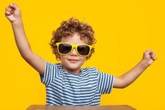 Χαριτωμένο αγόρι στα γυαλιά ηλίου Στοκ φωτογραφία με δικαίωμα ελεύθερης χρήσης