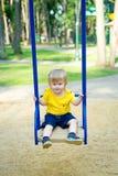 Χαριτωμένο αγόρι στην ταλάντευση Στοκ Φωτογραφία