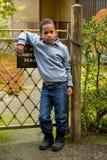 Χαριτωμένο αγόρι στον κήπο στοκ φωτογραφία