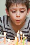 Χαριτωμένο αγόρι στο κέικ γενεθλίων Στοκ Εικόνα