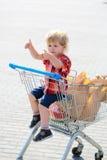 Χαριτωμένο αγόρι στο καροτσάκι αγορών Στοκ εικόνες με δικαίωμα ελεύθερης χρήσης