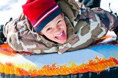 Χαριτωμένο αγόρι στο σωλήνα επάνω στενό Στοκ Εικόνα
