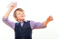 Χαριτωμένο αεροπλάνο εγγράφου εκμετάλλευσης παιδιών στοκ εικόνες