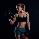 Χαριτωμένο αθλητικό πρότυπο κορίτσι sportswear με τους αλτήρες στο στούντιο στο μαύρο κλίμα Ιδανικός θηλυκός αθλητικός αριθμός στοκ φωτογραφίες