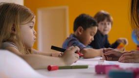 Χαριτωμένο απορροφημένο σχέδιο μικρών κοριτσιών στο μάθημα τέχνης απόθεμα βίντεο