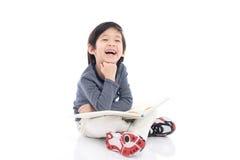 Χαριτωμένο ασιατικό αγόρι που διαβάζει ένα βιβλίο Στοκ φωτογραφίες με δικαίωμα ελεύθερης χρήσης