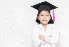 Χαριτωμένο ασιατικό καπέλο \ βαθμολόγησης ένδυσης κοριτσιών επιστημόνων Στοκ Εικόνα