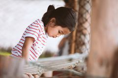 Χαριτωμένο ασιατικό κορίτσι παιδιών που έχει τη διασκέδαση για να αναρριχηθεί και να παίξει Στοκ Εικόνα