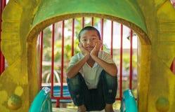 Χαριτωμένο ασιατικό παιδί που έχει τη διασκέδαση στην παιδική χαρά Στοκ Εικόνα