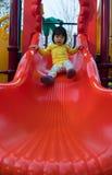 Χαριτωμένο ασιατικό παιχνίδι κοριτσιών στη φωτογραφική διαφάνεια Στοκ Φωτογραφίες