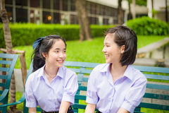 Χαριτωμένο ασιατικό ταϊλανδικό υψηλό να κουβεντιάσει ζευγών σπουδαστών μαθητριών στοκ φωτογραφία