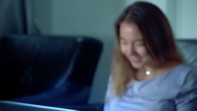 Χαριτωμένο ασιατικό lap-top χρήσης γυναικών τη νύχτα απόθεμα βίντεο