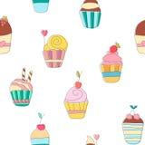 Χαριτωμένο αστείο άνευ ραφής σχέδιο με τα γλυκά cupcakes κινούμενων σχεδίων Στοκ Εικόνες