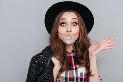 Χαριτωμένο αστείο κορίτσι στη γόμμα φυσαλίδων μασήματος καπέλων Στοκ Εικόνα