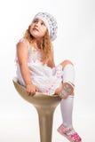 Χαριτωμένο, αστείο μικρό κορίτσι στην καρέκλα Στοκ φωτογραφίες με δικαίωμα ελεύθερης χρήσης