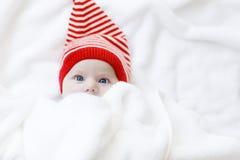 Χαριτωμένο λατρευτό παιδί μωρών με το χειμώνα ΚΑΠ Χριστουγέννων στο άσπρο υπόβαθρο Στοκ φωτογραφία με δικαίωμα ελεύθερης χρήσης