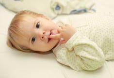 Χαριτωμένο λατρευτό παιδί στο κρεβάτι Στοκ Φωτογραφία