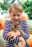 χαριτωμένο γατάκι κοριτσ&io στοκ φωτογραφία με δικαίωμα ελεύθερης χρήσης