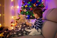 Χαριτωμένο γλυκό παιδί, αγόρι, που παίζει στο κινητό τηλέφωνο Στοκ Φωτογραφία