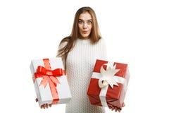 Χαριτωμένο δώρο Χριστουγέννων εκμετάλλευσης μικρών κοριτσιών χαμόγελου που απομονώνεται στο άσπρο υπόβαθρο Έννοια διακοπών στοκ εικόνα