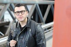 Χαριτωμένο εθνικό άτομο που φορά το σακάκι δέρματος στοκ εικόνα με δικαίωμα ελεύθερης χρήσης