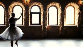 Χαριτωμένο ενήλικο ballerina που χορεύει στο υπόβαθρο παραθύρων φιλμ μικρού μήκους