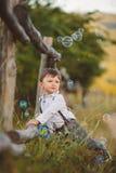 Χαριτωμένο ευτυχές αγόρι στην οδό στοκ εικόνα με δικαίωμα ελεύθερης χρήσης