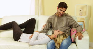 Χαριτωμένο ευτυχές ζεύγος που κουβεντιάζει μαζί στον καναπέ απόθεμα βίντεο