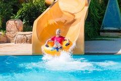 Χαριτωμένο ευτυχές κορίτσι στο amusment aquapark Στοκ Εικόνες