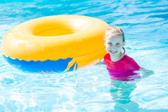 Χαριτωμένο ευτυχές κορίτσι στο amusment aquapark Στοκ εικόνες με δικαίωμα ελεύθερης χρήσης