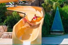 Χαριτωμένο ευτυχές κορίτσι στο amusment aquapark Στοκ Φωτογραφίες