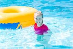 Χαριτωμένο ευτυχές κορίτσι στο amusment aquapark Στοκ φωτογραφία με δικαίωμα ελεύθερης χρήσης