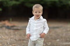 Χαριτωμένο ευτυχές μικρό παιδί στο άσπρο πουκάμισο Στοκ φωτογραφία με δικαίωμα ελεύθερης χρήσης