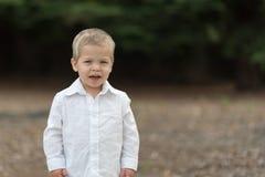 Χαριτωμένο ευτυχές μικρό παιδί στο άσπρο πουκάμισο Στοκ εικόνες με δικαίωμα ελεύθερης χρήσης