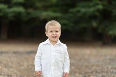 Χαριτωμένο ευτυχές μικρό παιδί στο άσπρο πουκάμισο Στοκ φωτογραφίες με δικαίωμα ελεύθερης χρήσης
