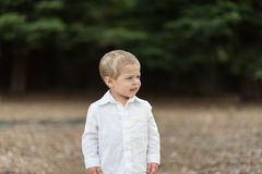 Χαριτωμένο ευτυχές μικρό παιδί στο άσπρο πουκάμισο Στοκ εικόνα με δικαίωμα ελεύθερης χρήσης