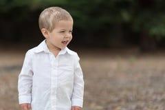 Χαριτωμένο ευτυχές μικρό παιδί στο άσπρο πουκάμισο Στοκ Εικόνα
