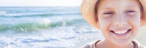 Χαριτωμένο ευτυχές πανόραμα θερέτρου θάλασσας χαμόγελου παιδιών συναισθηματικό Στοκ εικόνα με δικαίωμα ελεύθερης χρήσης