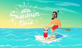Χαριτωμένο ευτυχές σκυλί και hipster κολύμβηση στην ιστιοσανίδα ελεύθερη απεικόνιση δικαιώματος