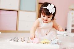 Χαριτωμένο ευτυχές 1χρονο παιχνίδι κοριτσάκι με τα ξύλινα παιχνίδια στο σπίτι Στοκ φωτογραφία με δικαίωμα ελεύθερης χρήσης