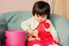 Χαριτωμένο ευτυχές 1χρονο παιχνίδι κοριτσάκι με τα ξύλινα παιχνίδια στο σπίτι Στοκ Εικόνες