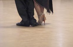 Χαριτωμένο ζευγών χορού στην αίθουσα χορού στοκ εικόνα